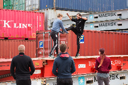 Freerunning-parcour-op-containers-Entertainmens